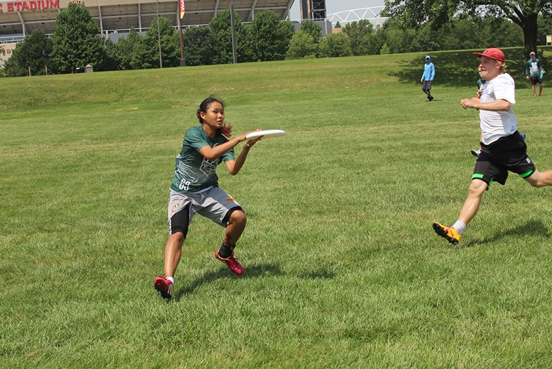 Nicole Sum competing in ultimate fisbee